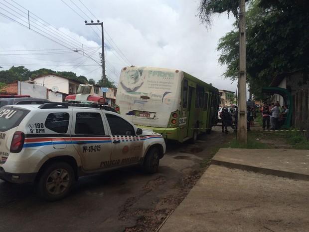 Três pessoas tentaram assaltar ônibus na Aurora, em São Luís; um morreu, outro foi preso e o terceiro fugiu (Foto: Mieko Wada/TV Mirante)