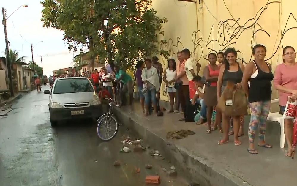 Pacientes dormem em fila de hospital na Vila Luizão para garantir consulta