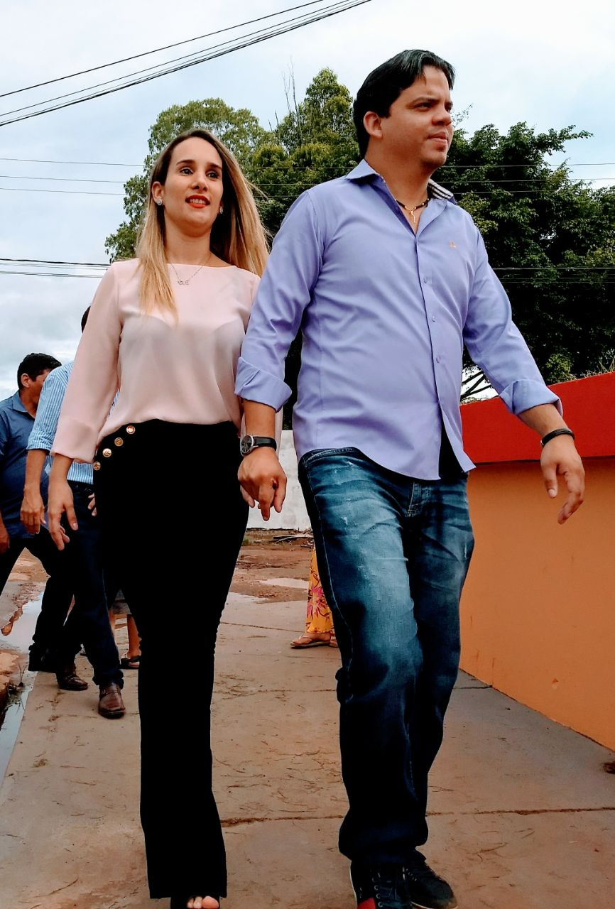 Prefeito Luciano Genésio ao lado da Primeira-dama, Thaíza Hortegal.