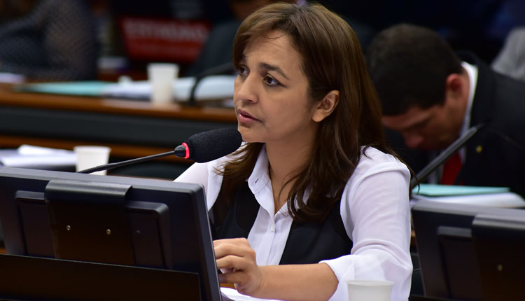 Senadora Eliziane Gama não paga serviços gráficos e caso vai parar na justiça